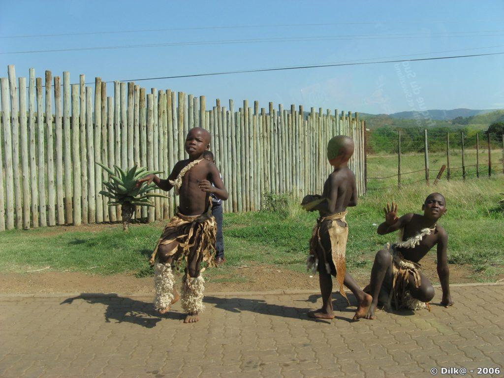 A l'entrée de Memorial Gate, des enfants dansent pour récolter de l'argent