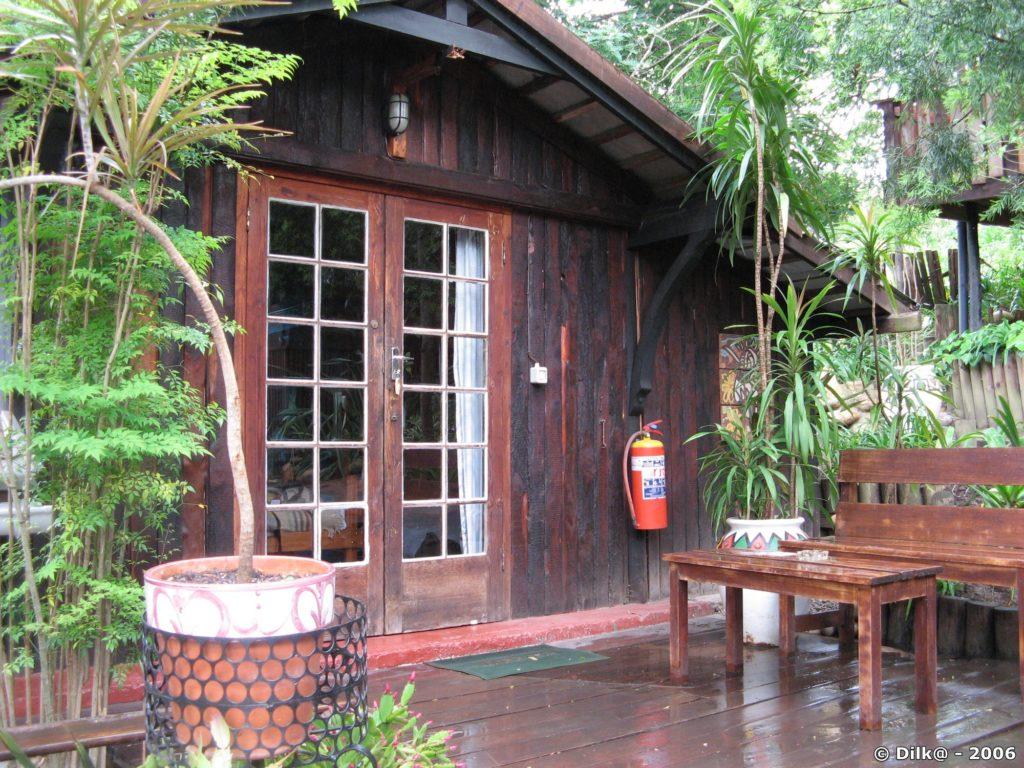 Notre hôtel « Inyathi Guest Lodge » avec de petits chalets en bois