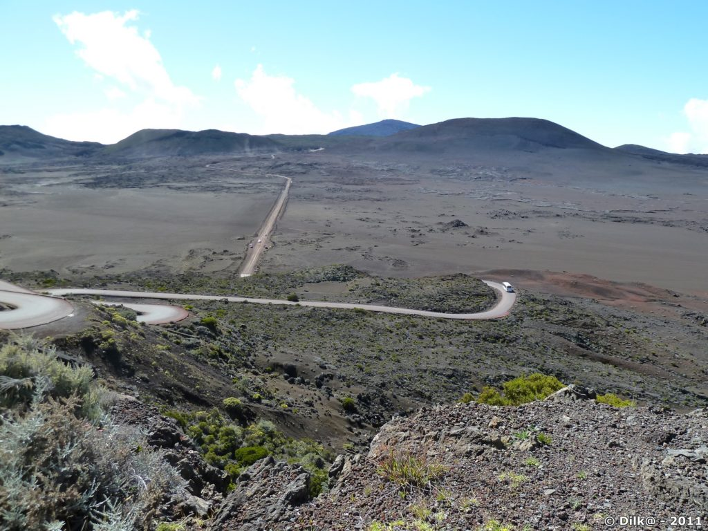 la plaine des Sables depuis le Pas des Sables tout au fond : le Piton de la Fournaise