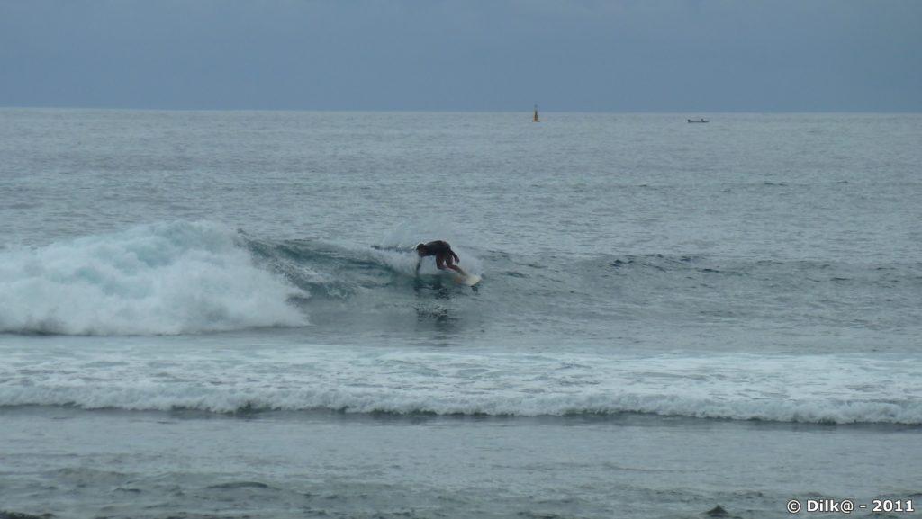 surfeurs et belles vagues