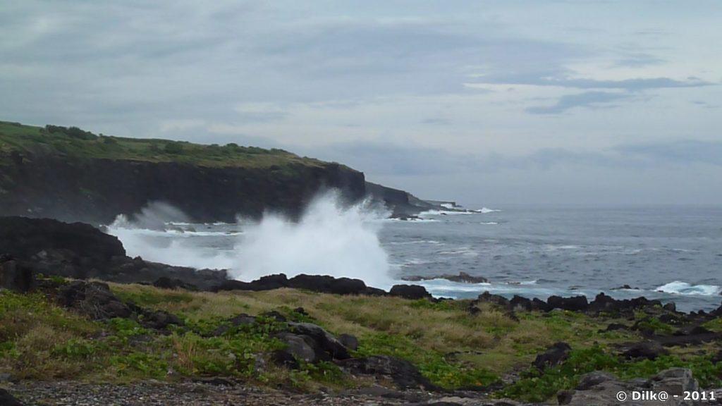 souffleur : la mer s'engouffre dans la roche et ressort en faisant un bruit de baleine qui souffle
