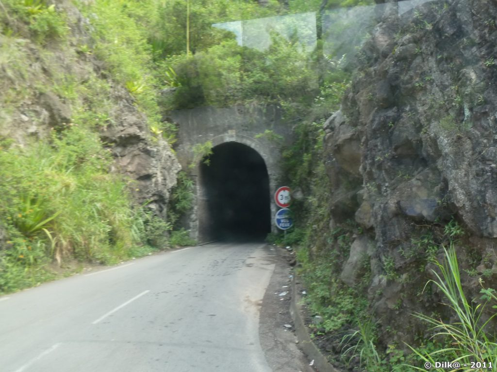 tunnel étroit sur la route vers Cilaos