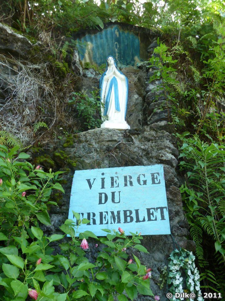 peu avant le Tremblet, une grotte avec une Vierge et un Saint-Expédit en pleine végétation