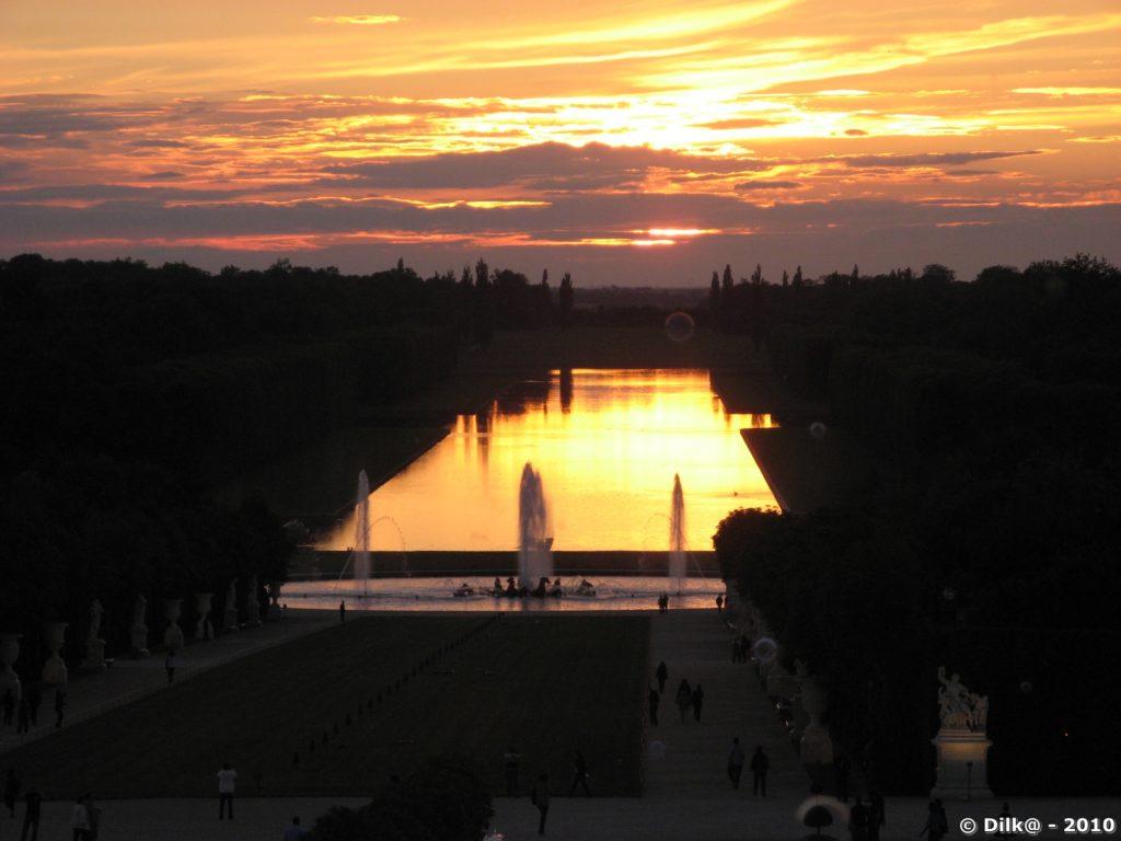 Le coucher du soleil est dans l'alignement du bassin face au château du Roi Soleil