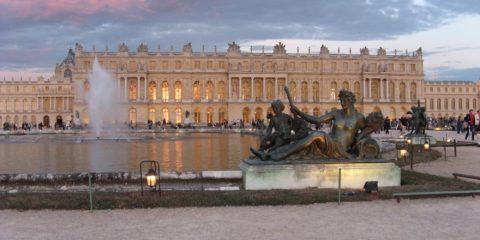 Le château de Versailles doré par le coucher du soleil