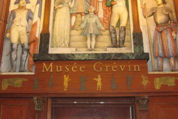 Les sculptures au -dessus de l'entrée du musée Grévin