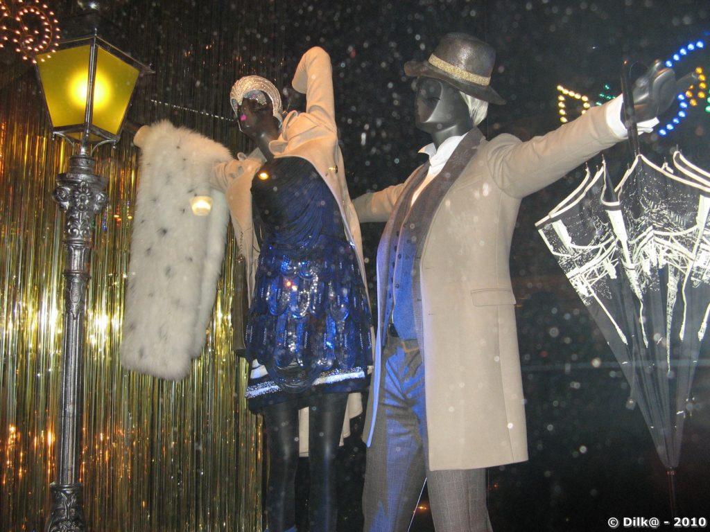 Mise en scène dans les vitrines des grands magasins
