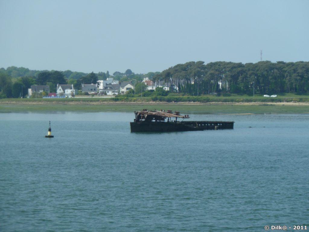 Epave de bateau dans le port de Lorient