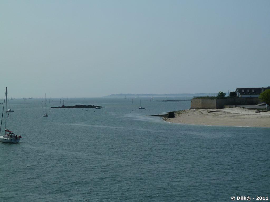 au fond, l'île de Groix