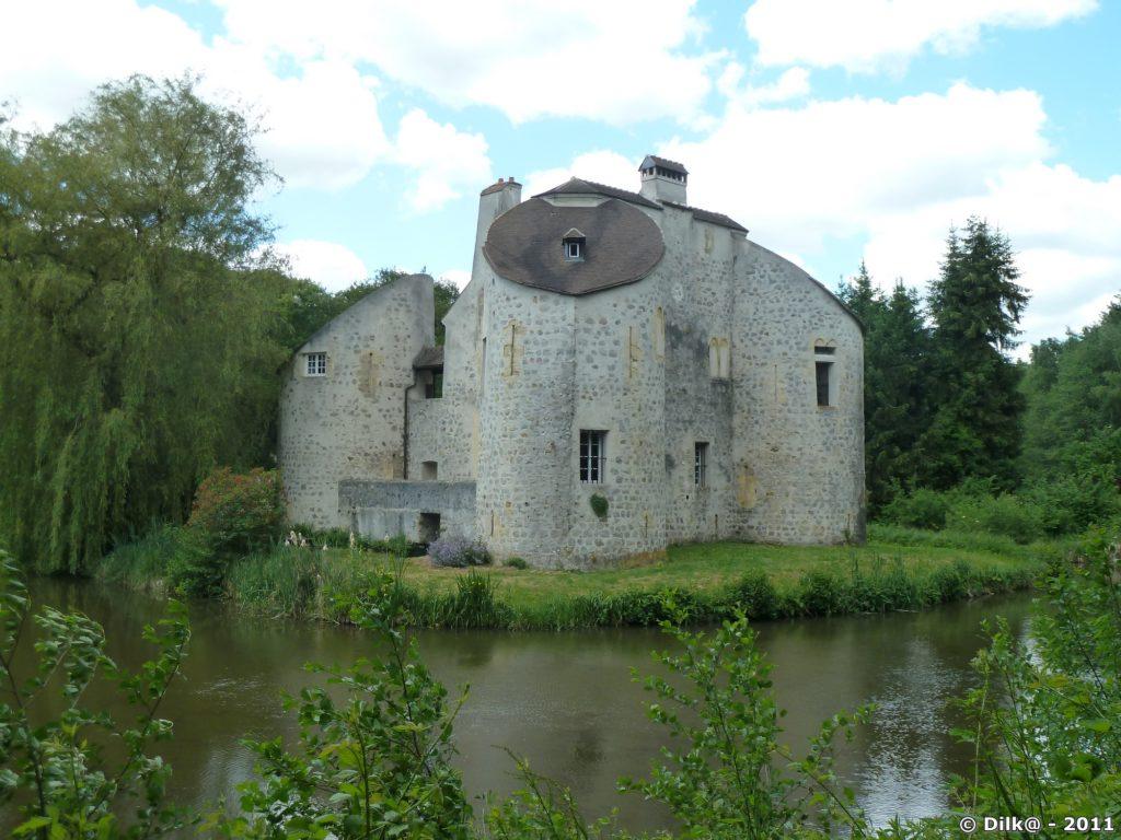 L'Étang de la Chasse et son château du XIIe siècle