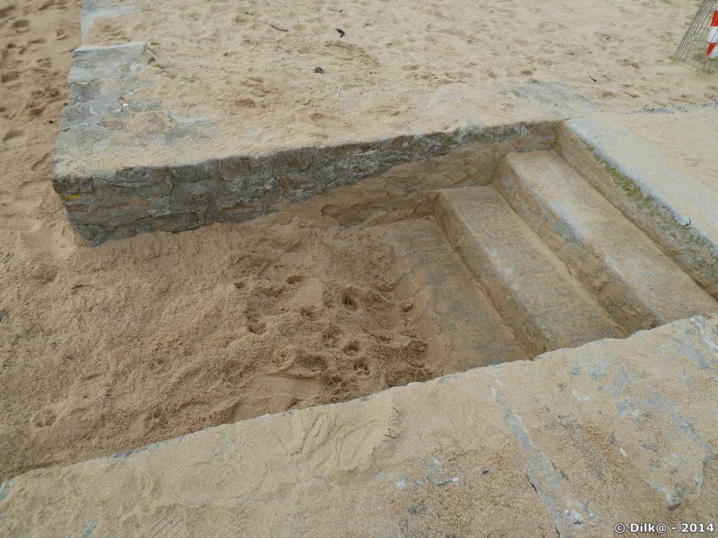 Le sable a presque recouvert l'escalier de la plage