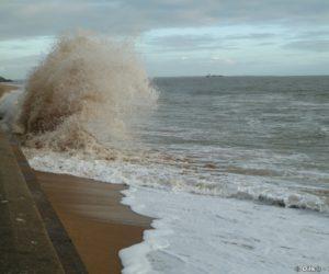 Mieux vaut ne pas être trop près du mur quand la vague arrive...