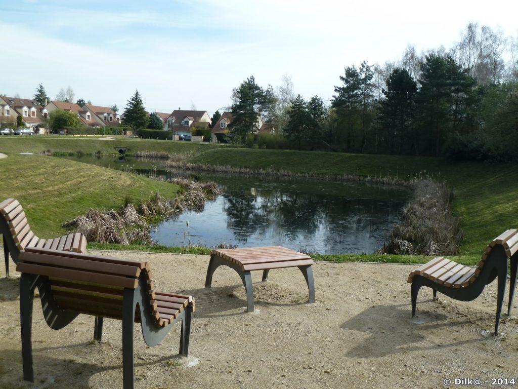 Pause café au bord d'un étang