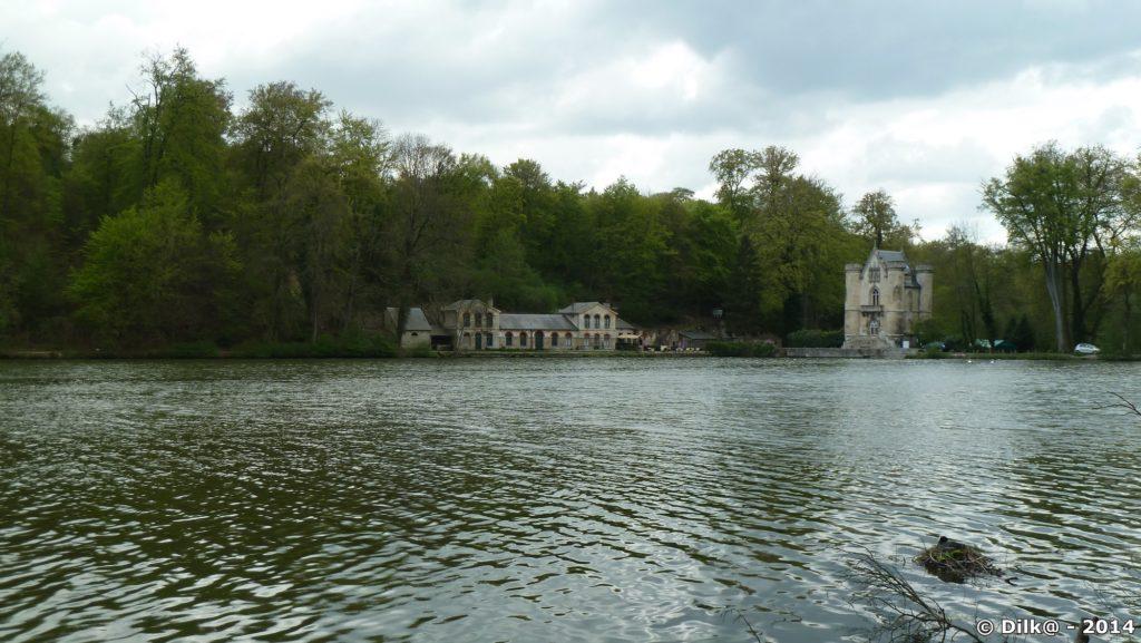 Le château de la Reine Blanche au bord de l'étang de la Loge