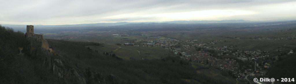 Panorama sur la plaine d'Alsace et le château de Guirsberg (à gauche)