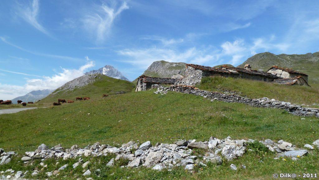Le hameau de la Chavière et tout au fond : la Dent Parrachée