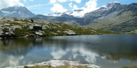 Les reflets de la Dent Parrachée (à gauche) et des glaciers de la Vanoise dans le Lac Blanc