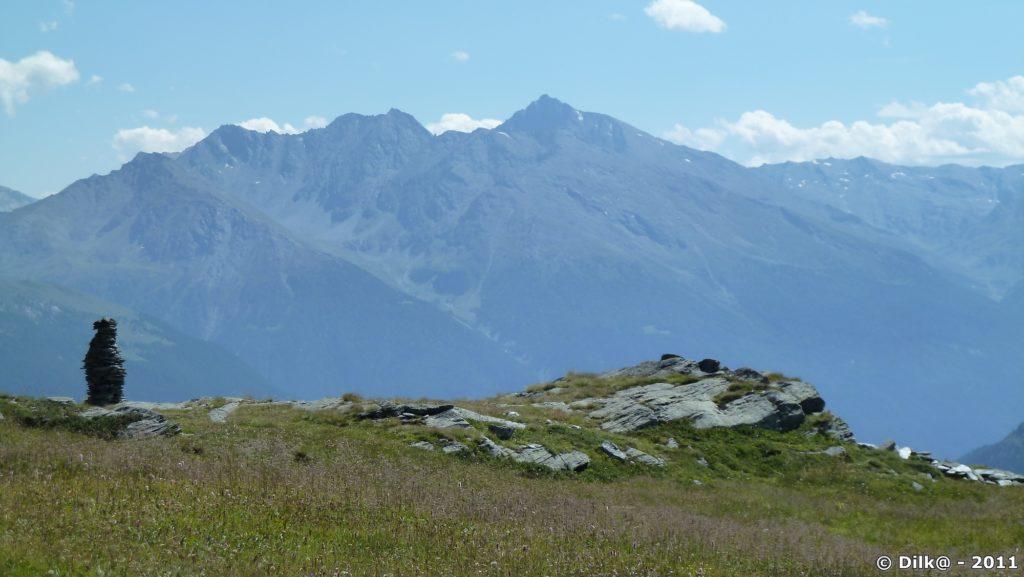 En face : la Tura, à gauche au premier plan : un cairn (petit tas de pierre)