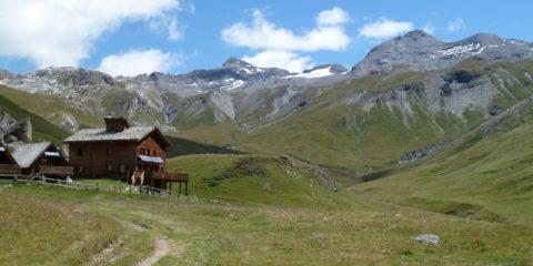 Le refuge de la Femma et au fond la Pointe de Méan Martin (3330 m)