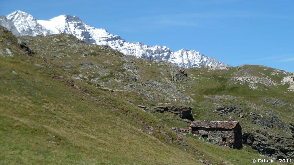 Chalets en ruine et la Grande Casse derrière