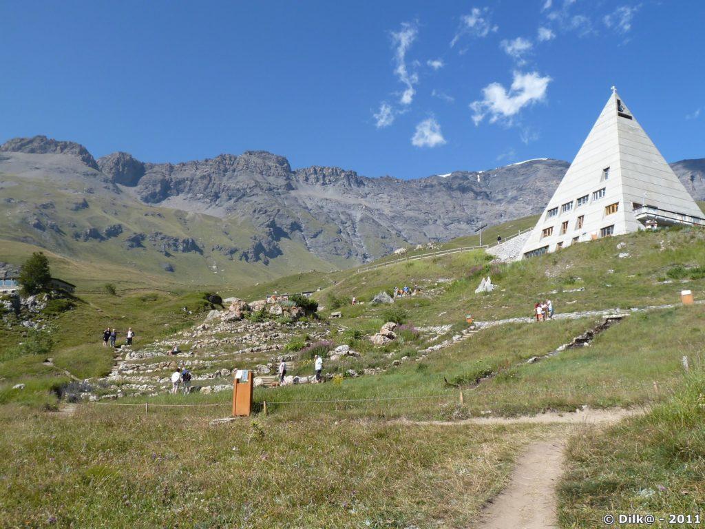 La chapelle du Mont-Cenis en forme de pyramide au dessus du jardin alpin