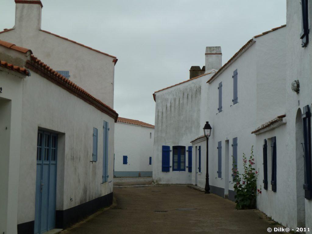 petite ruelle de maisons blanches