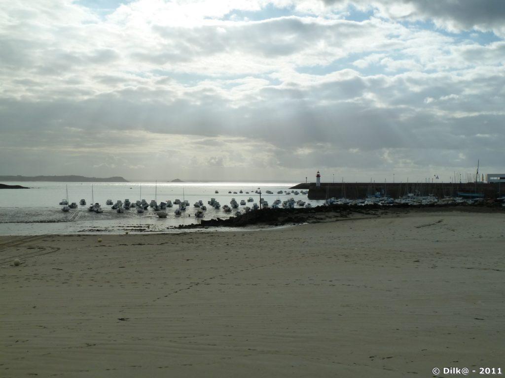 Le port d'Erquy aux dernières lumières du jour.