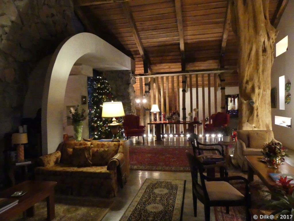 Salon et bibliothèque du Poas Volcano Lodge