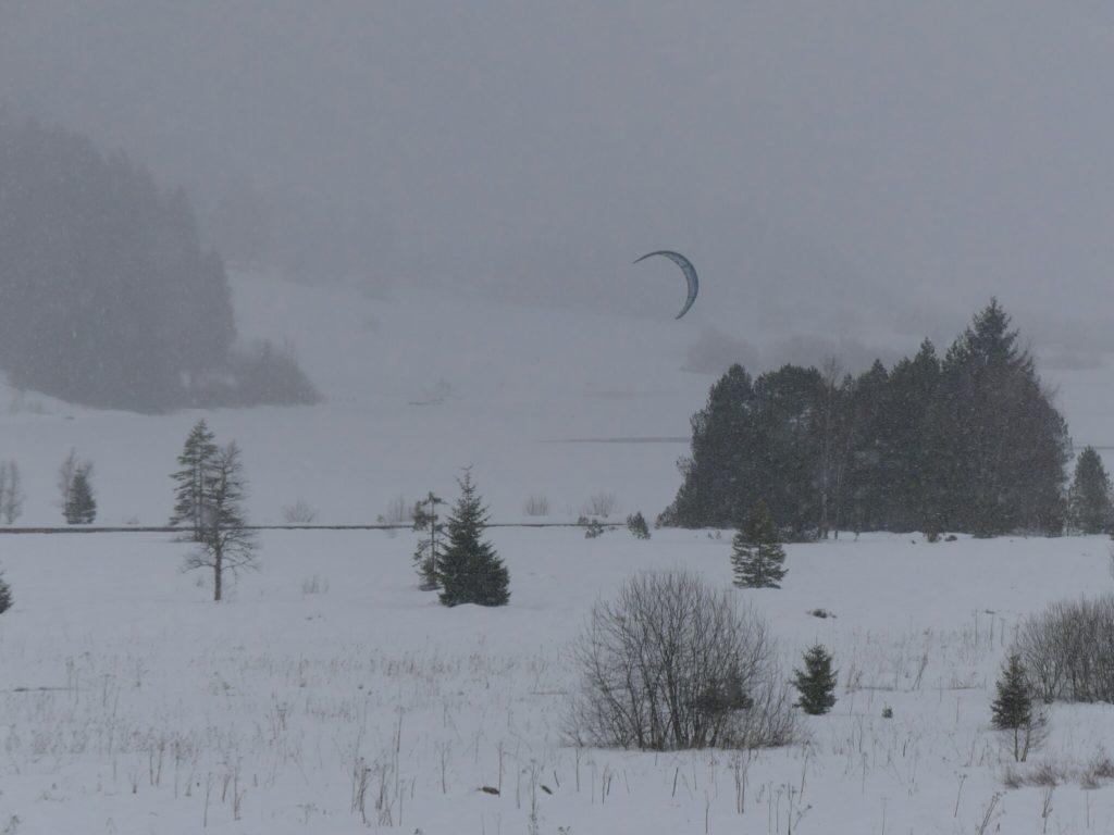Kyte surf avec skis aux pieds sur la Lac des Rousses