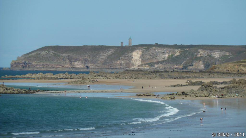 Le phare du Cap Fréhel domine au dessus des falaises