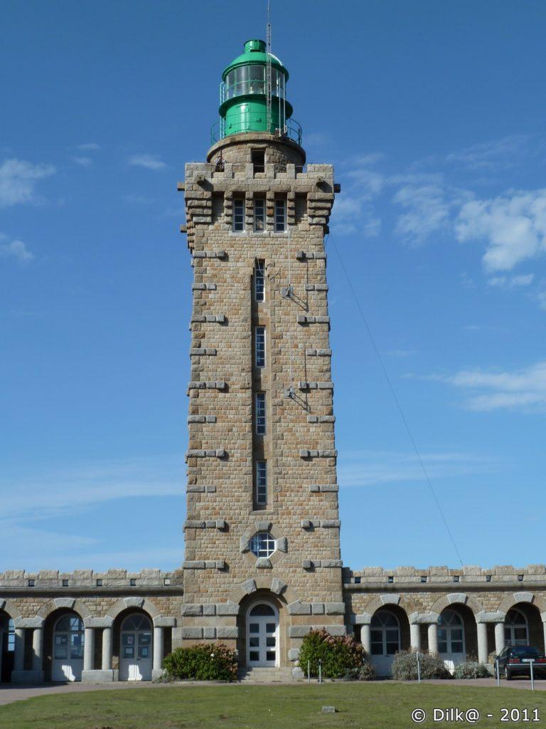 Le phare actuel construit en 1946 fait 32 mètres de hauteur