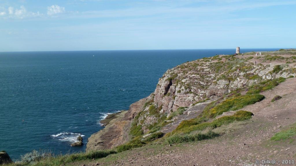 Les falaises du Cap et l'ancien phare en granit