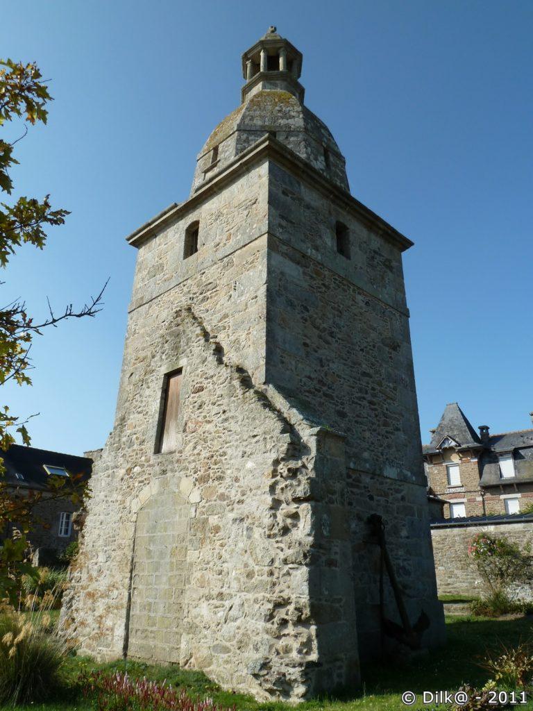 Le vieux clocher et l'ancre marine posée sur le mur