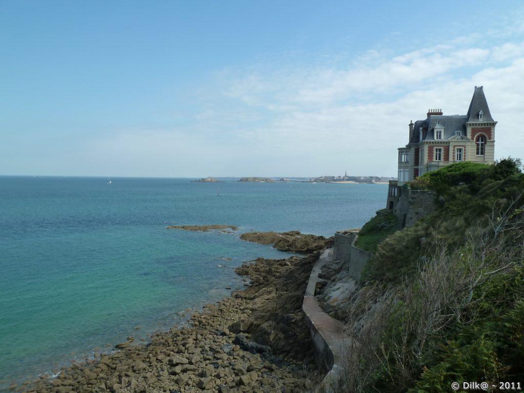 La villa Roches Brunes et au fond Saint-Malo