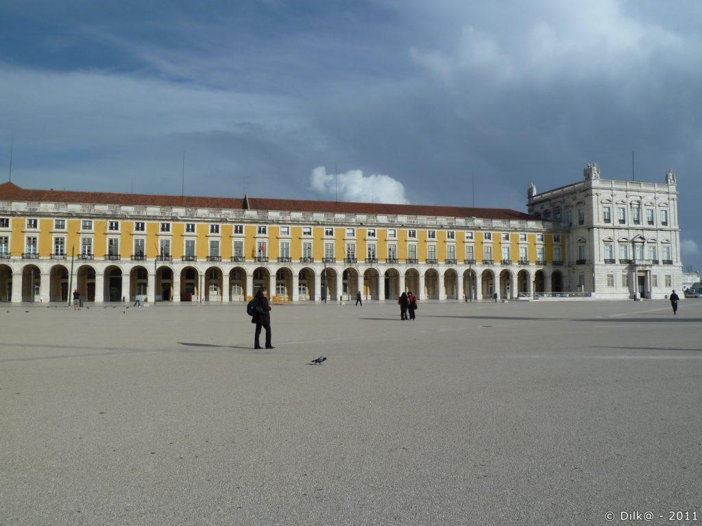 Une imposante place carrée entièrement piétonne