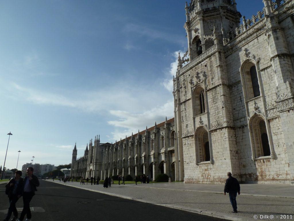 L'immense façade du monastère