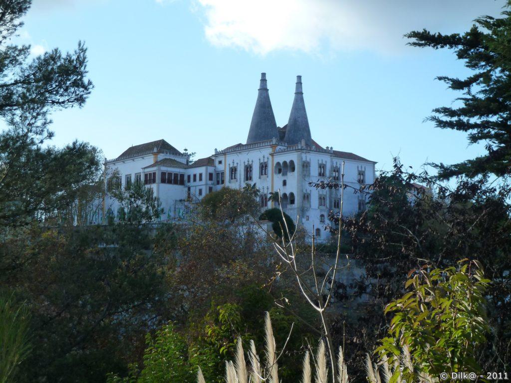 Le palais national de Sintra vue depuis la route qui descend à la gare