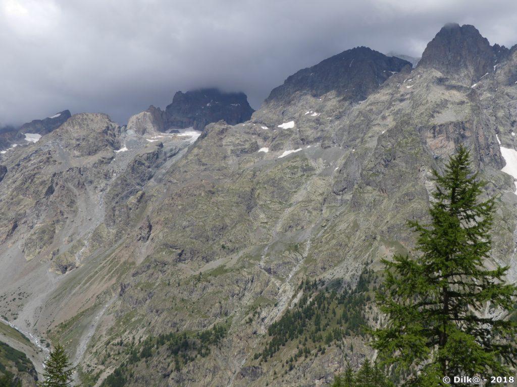 Le refuge du Pelvoux est dans la paroi, sous les petits glaciers du centre