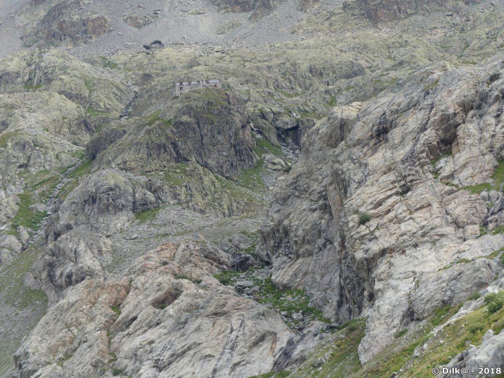 Le refuge du Glacier Blanc sur son éperon rocheux