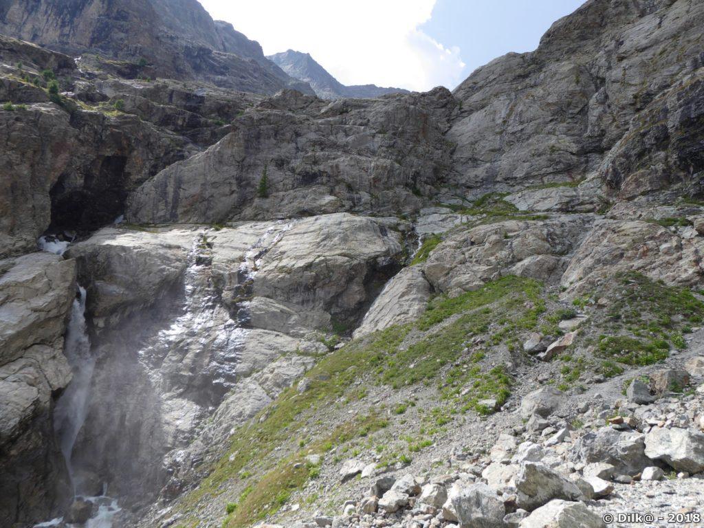 la cascade du Sélé et la barre rocheuse à franchir pour aller au refuge