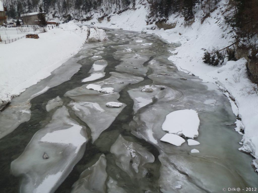 Le gel a figé la rivière Arc