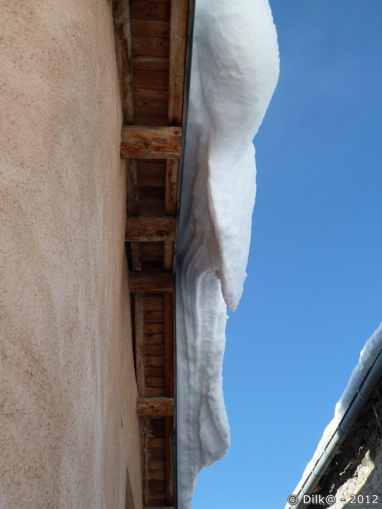 Ici, la neige qui descend du toit n'a pas encore formé des stalactites
