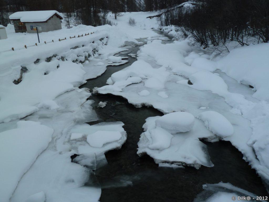 L'Arc disparaît sous la glace et la neige