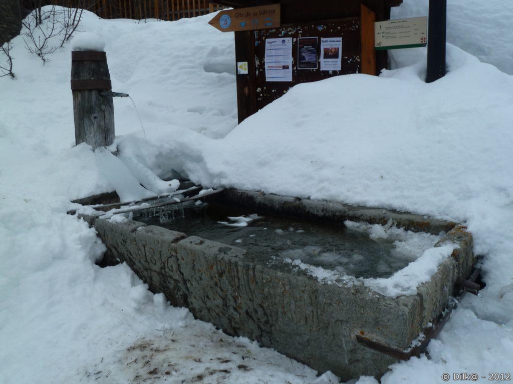 La fontaine est presque complètement prise par la glace