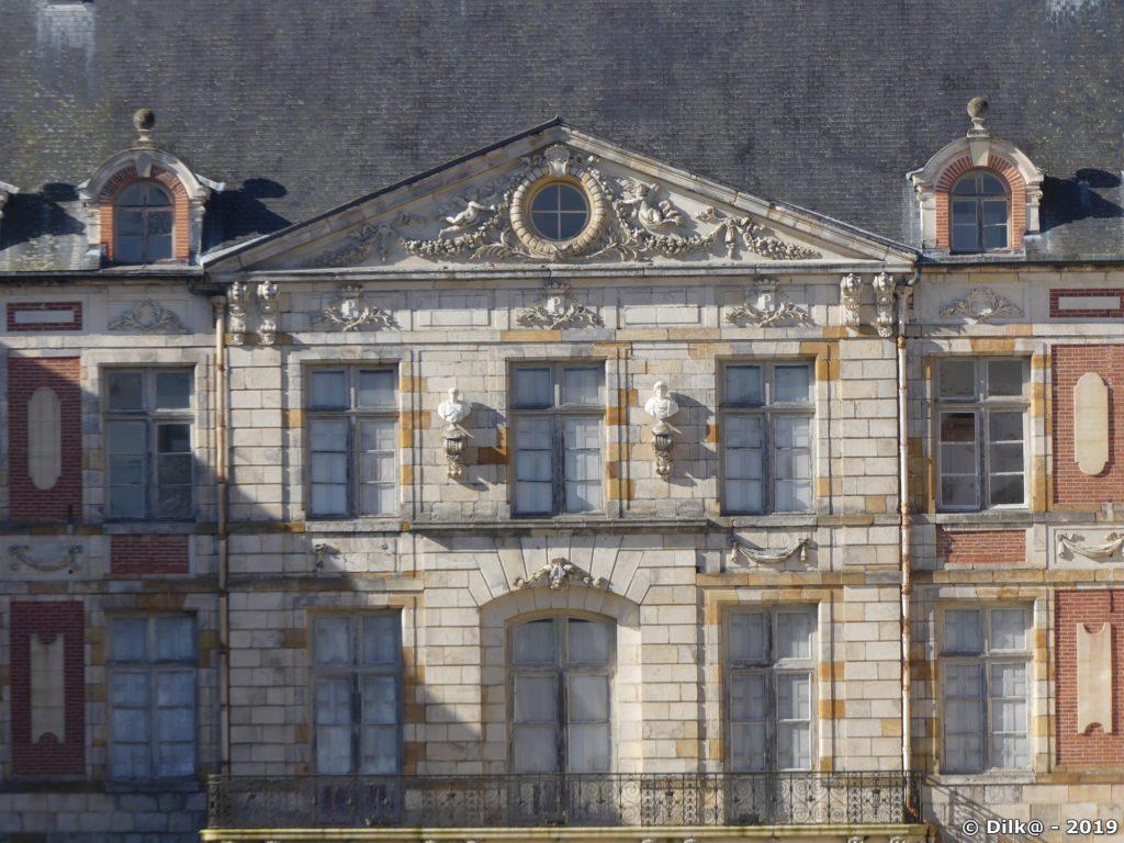 La façade du château de Courson