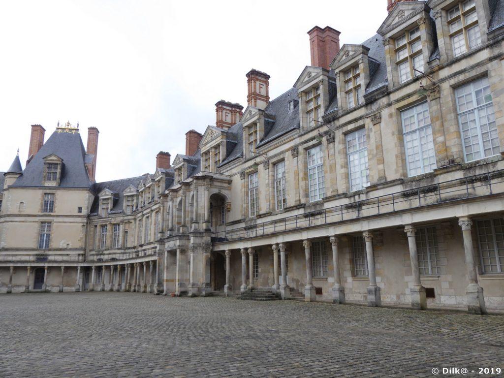 La cour ovale du Château de Fontainebleau avec son donjon