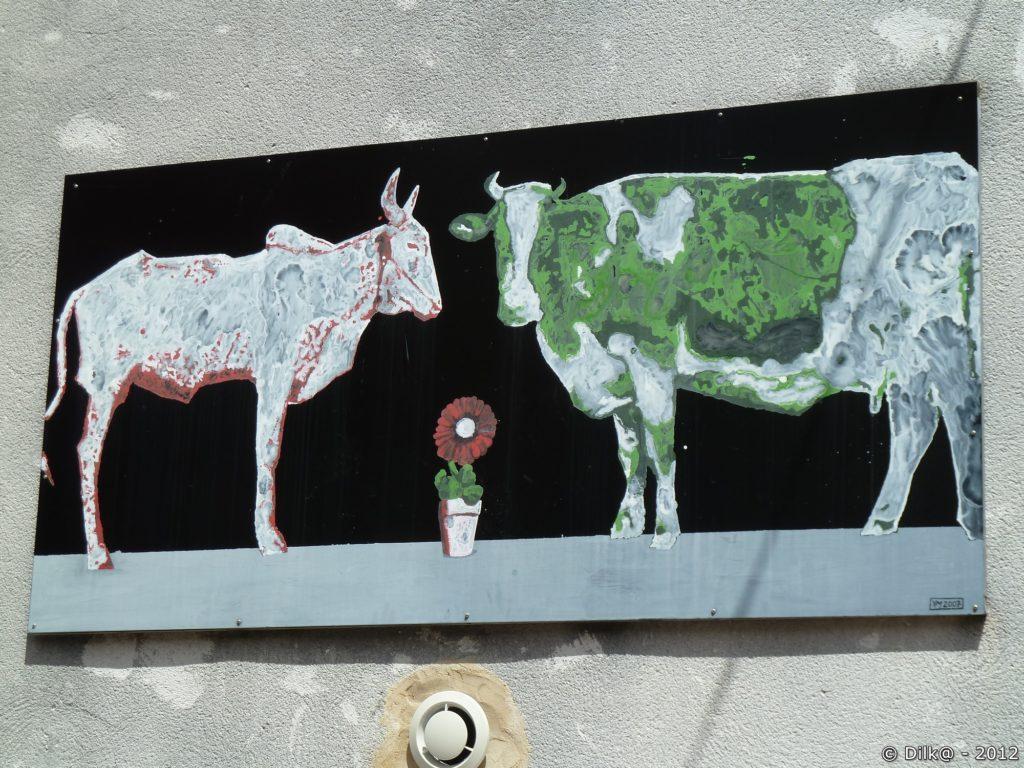 Quelques tableaux décorent les murs du village