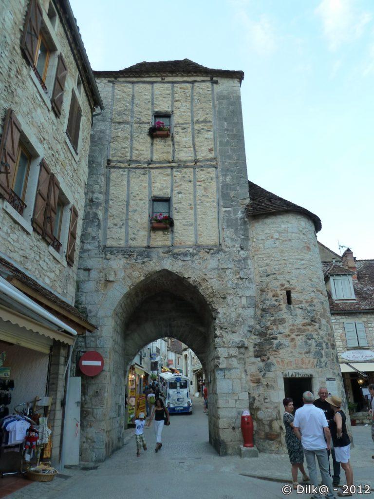 Une porte dans la ruelle du village