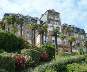 L'hôtel de la Plage, au dessus de l'embarcadère et de l'école de voile