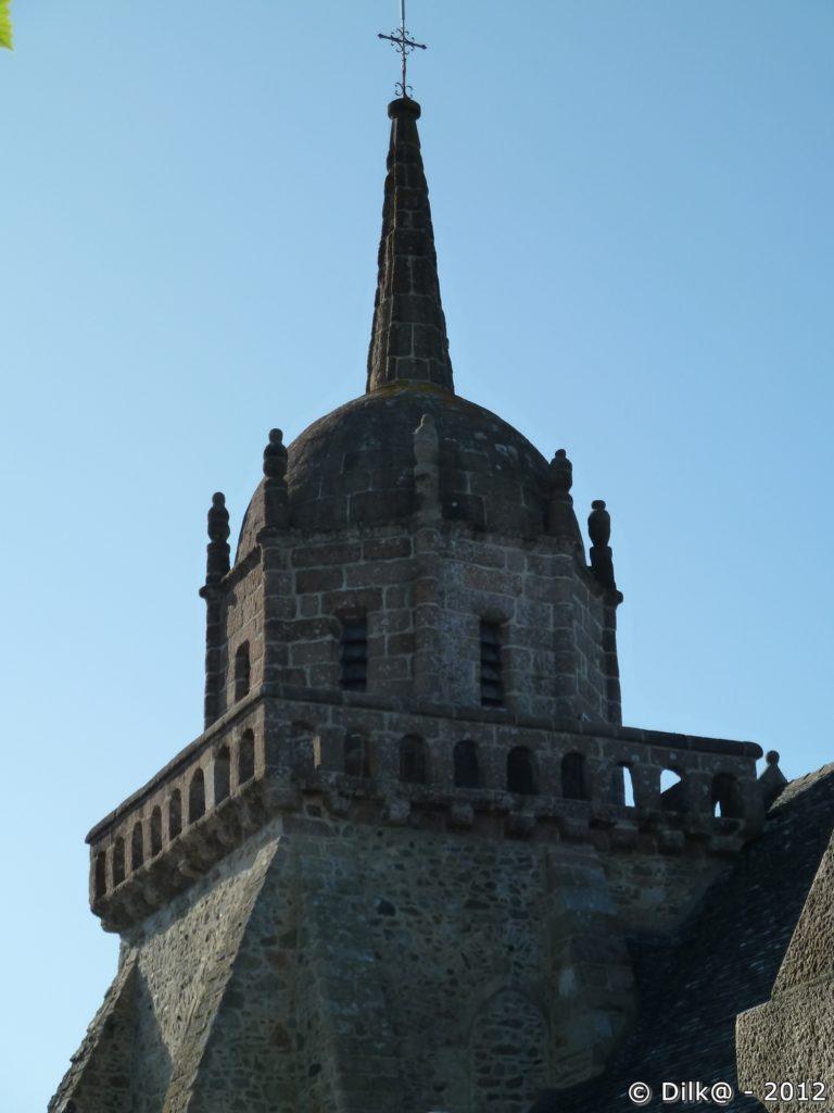 La tour carrée, le dôme et la flèche de l'église Saint-Jacques
